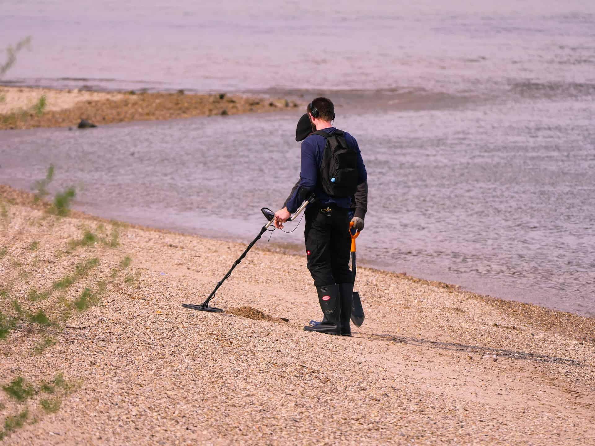 Homem encontra corrente enterrada, continua cavando e não acredita no que vê