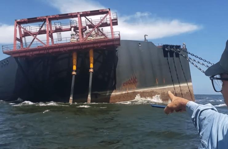 navio de petróleo inclinado