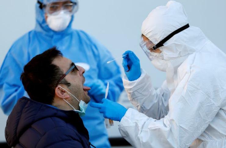 Paciente recebendo teste de corona covid