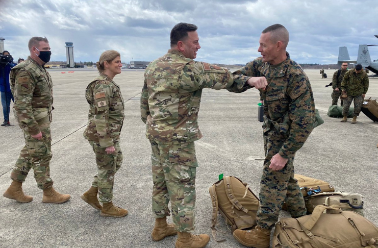 General Stephen M. Neary cumprimentando amigos