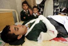 jovem atingido por explosão em escola no paquistão