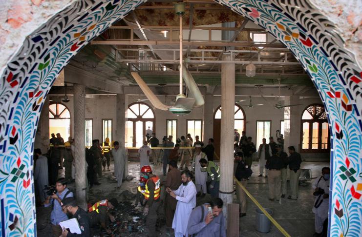 escola do paquistão bombardeada com policiais vistoriando