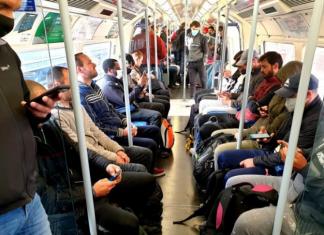 trem lotado com pessoas