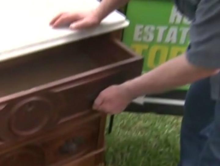Após de ouvir um barulho de dentro de uma cômoda de madeira, este homem descobriu um compartimento oculto cheio de tesouros valiosos