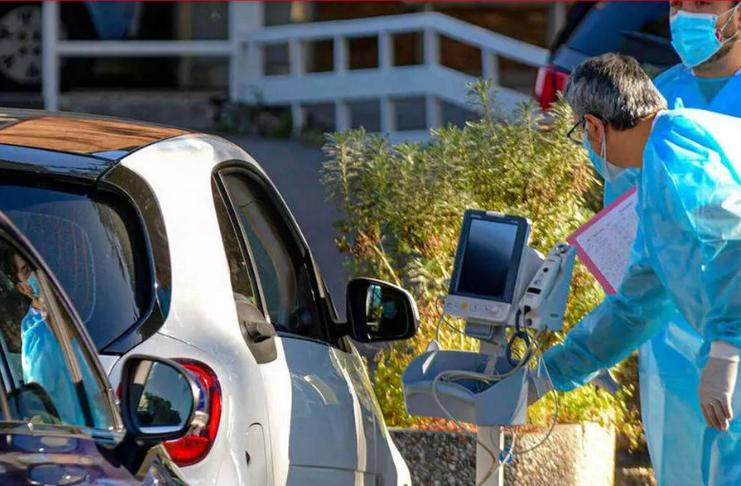 Hospital italiano lotado por COVID-19, oferece oxigênio para pessoas em carros