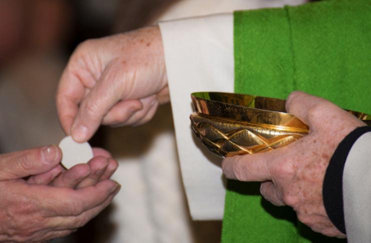 O principal bispo francês afirma que medidas anti-COVID violam a liberdade religiosa