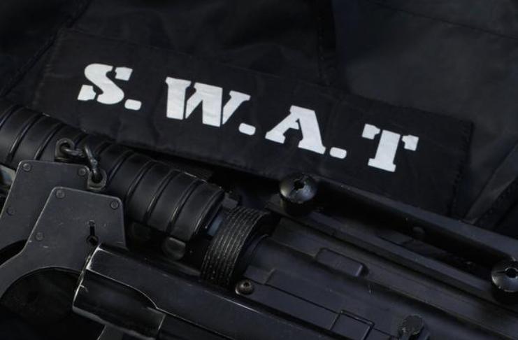 Garoto de 12 anos preso por pegadinha para a polícia que levou à resposta da equipe da SWAT