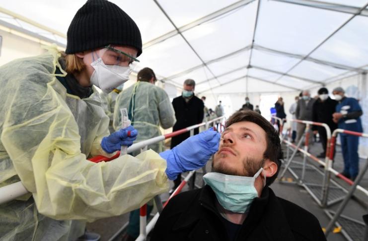 Os EUA registram 100.000 novos casos COVID-19 em um dia pela primeira vez