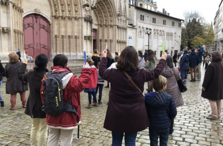 Católicos franceses realizam missa ao ar livre para protestar contra as restrições de COVID-19