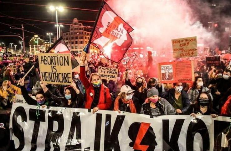 Poloneses manifestantes ficam nus enquanto a luta pelo aborto toma uma nova forma