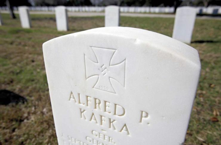Lápides da Segunda Guerra Mundial com suásticas removidas do cemitério do Texas