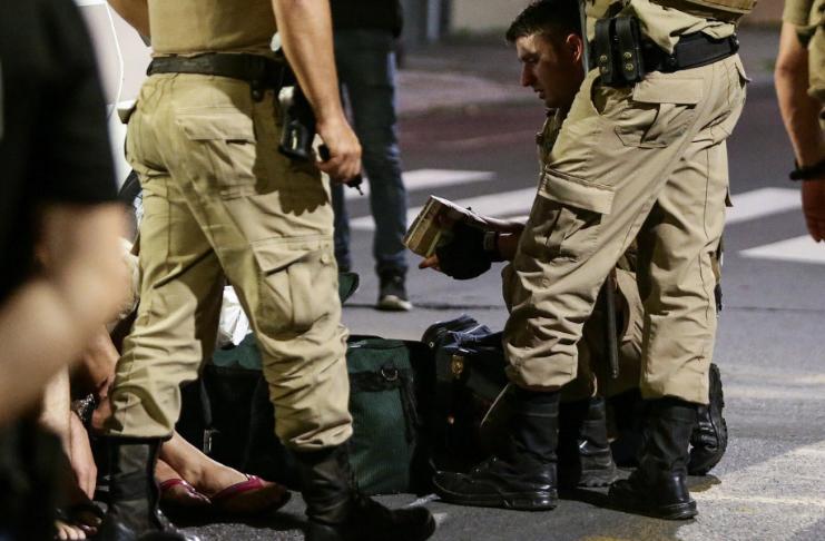 Bandidos invadem Criciúma em assalto a banco, deixam rua cheia de dinheiro
