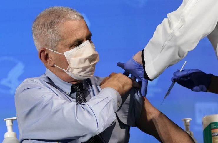 Dr. Anthony Fauci e Alex Azar recebem vacina Moderna COVID-19
