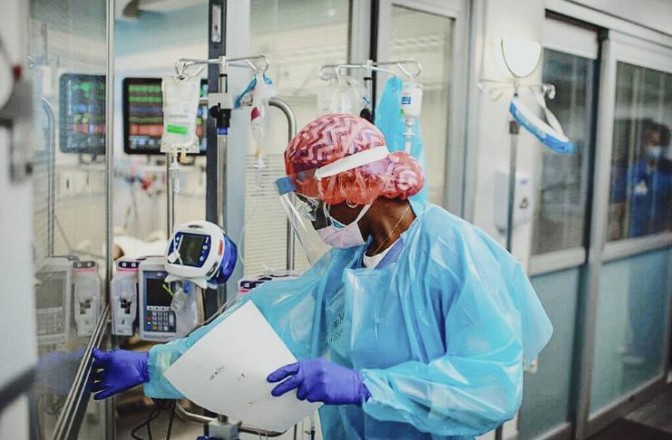 Os EUA ultrapassam 200 mil casos de COVID, 100 mil hospitalizações em um dia