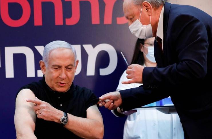 Israel dá início à campanha de vacinação COVID com Netanyahu recebendo a primeira dose