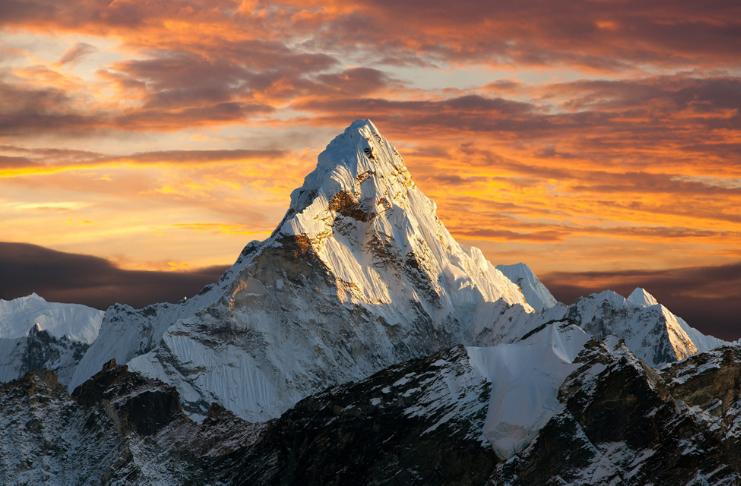 O Monte Everest agora está oficialmente quase 30 pés mais alto