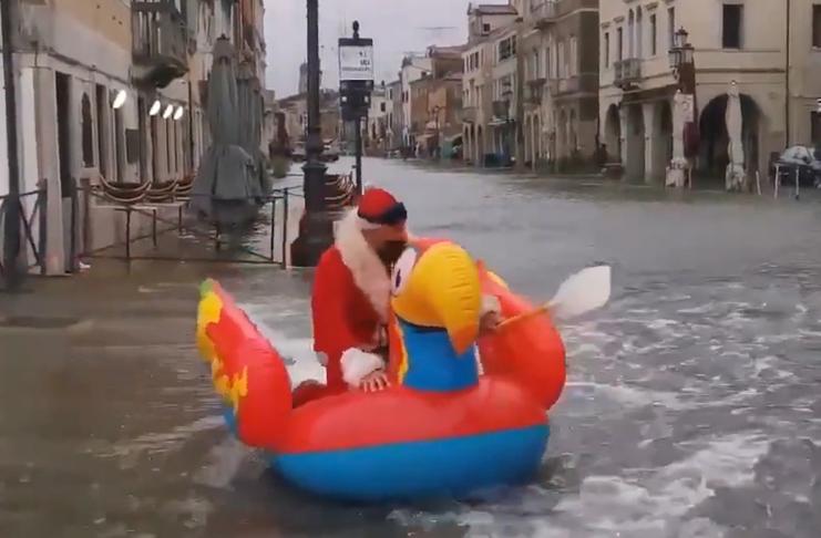 O Papai Noel foi visto remando nas ruas inundadas de Veneza