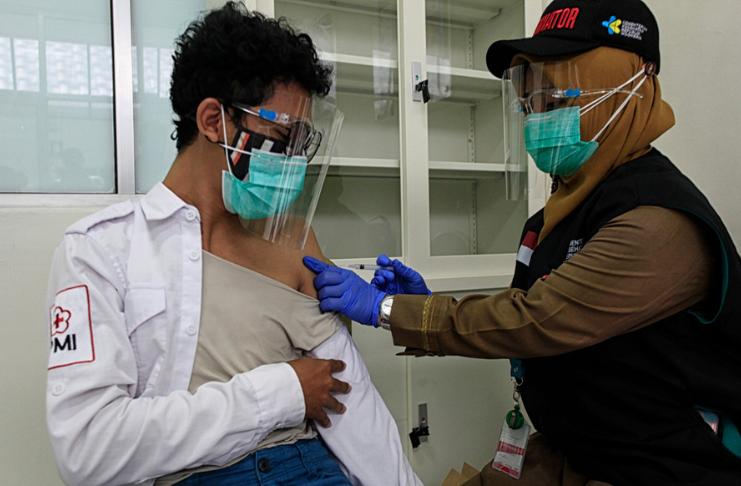 Indonésia planeja dar a adultos trabalhadores a vacina COVID-19 antes dos idosos