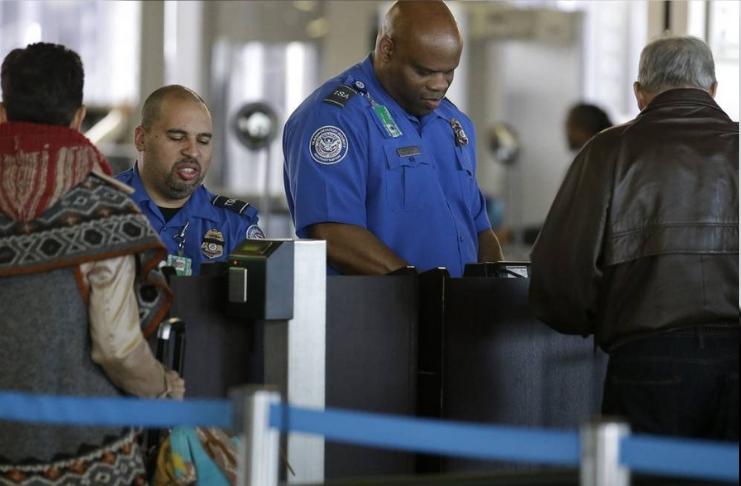 A taxa de armas apreendidas em postos de controle do aeroporto aumentou em 2020