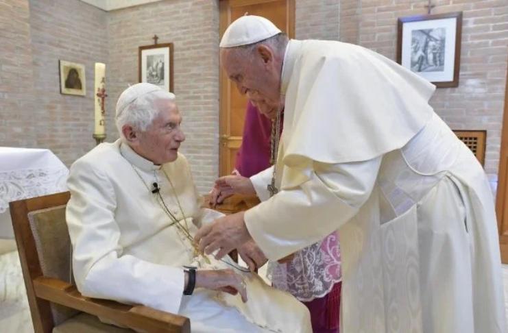 Papa Francisco e ex-Papa Bento 16 trazem vacina COVID-19