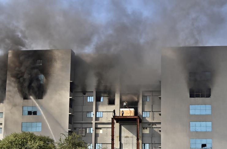 Grande incêndio na fábrica da vacina COVID-19 na Índia