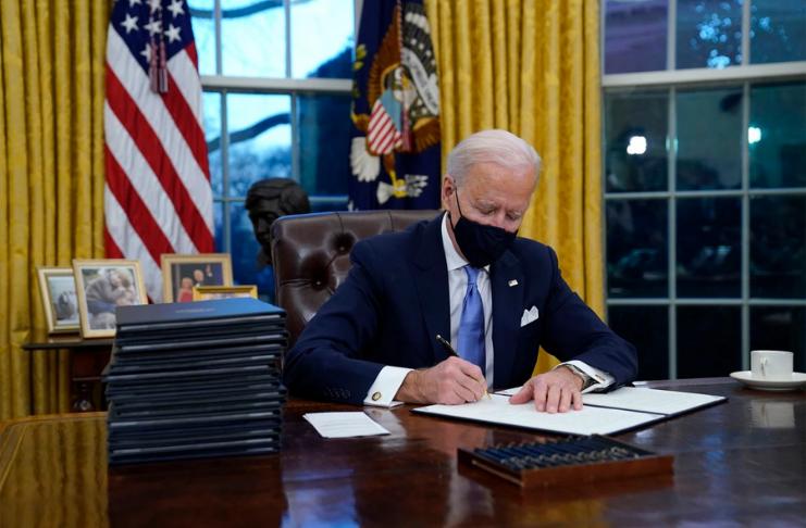 Joe Biden assina proclamação no Capitol como primeiro ato presidencial
