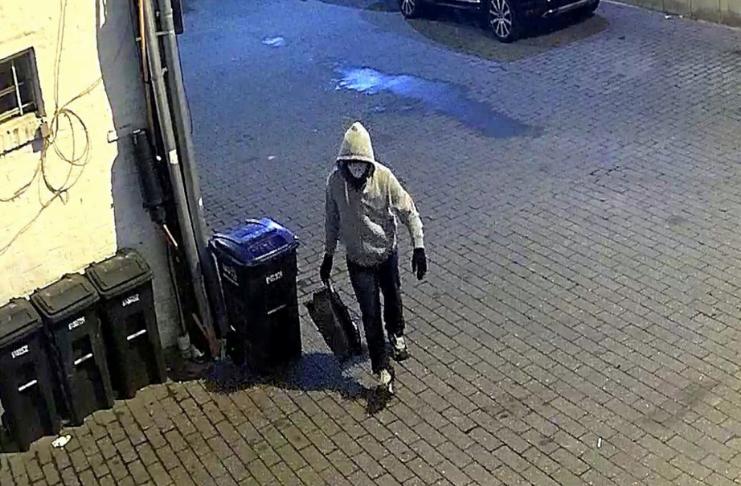 FBI libera foto de pessoa acusada de colocar dois explosivos em meio a distúrbios em DC