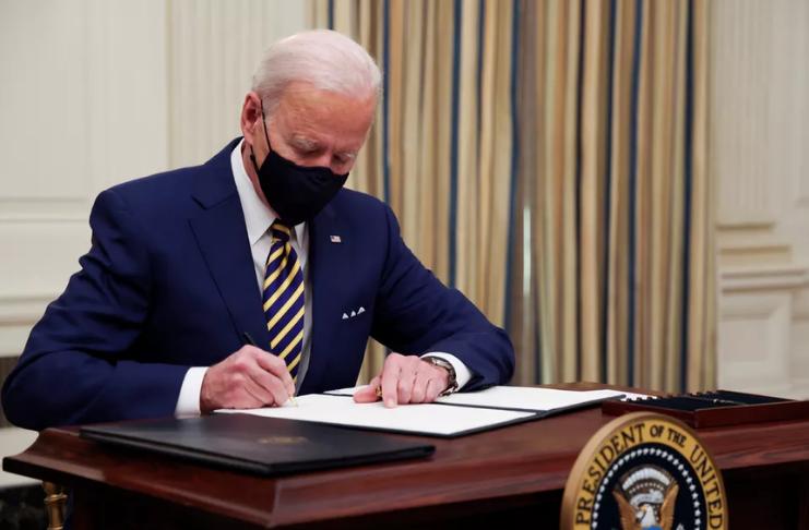 Biden propõe salário mínimo a US $ 15 por hora