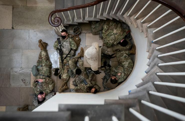 Guardas nacionais dormem nos andares do Capitólio em meio a ameaças de violência
