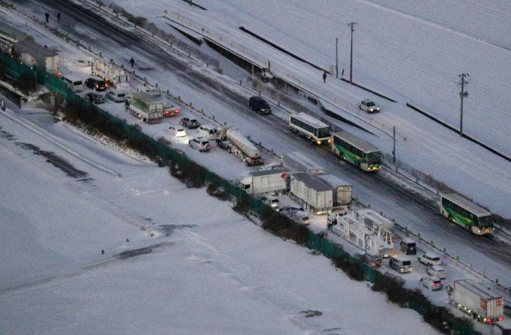 Engavetamento de 134 carros durante nevasca deixa um morto e 17 feridos no Japão