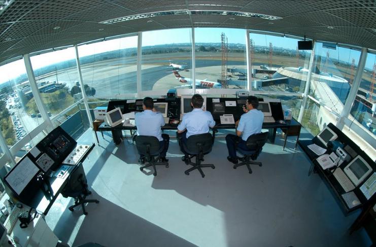 Homem acusado de se passar por controlador de tráfego aéreo, dando ordens falsas de voo
