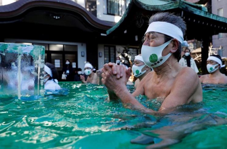 Os japoneses oram em água gelada pelo fim do COVID-19