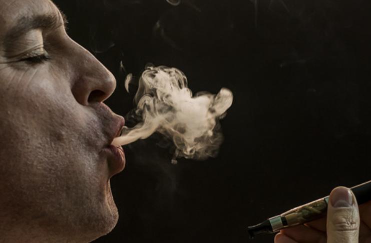 Americanos fumando mais cigarros durante a pandemia de COVID-19