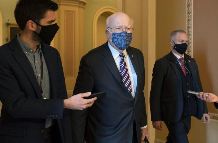 O senador Patrick Leahy volta para casa após breve internação no hospital