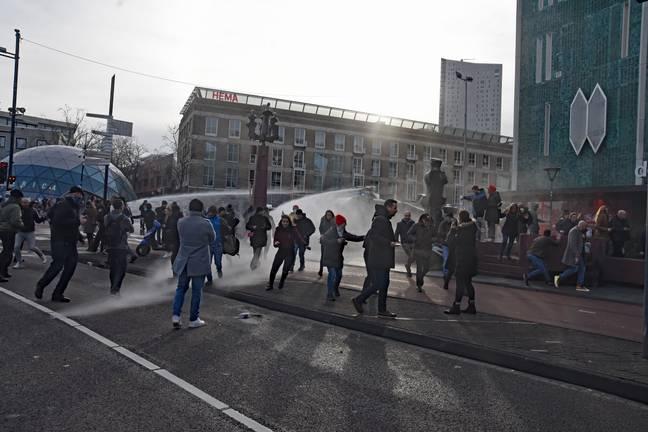 Mulher fratura crânio após ser atingida por canhão d'água da polícia na Holanda