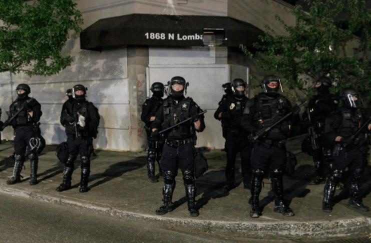Manifestantes de Portland vandalizam prédio do sindicato da polícia, tentam arrombar a porta