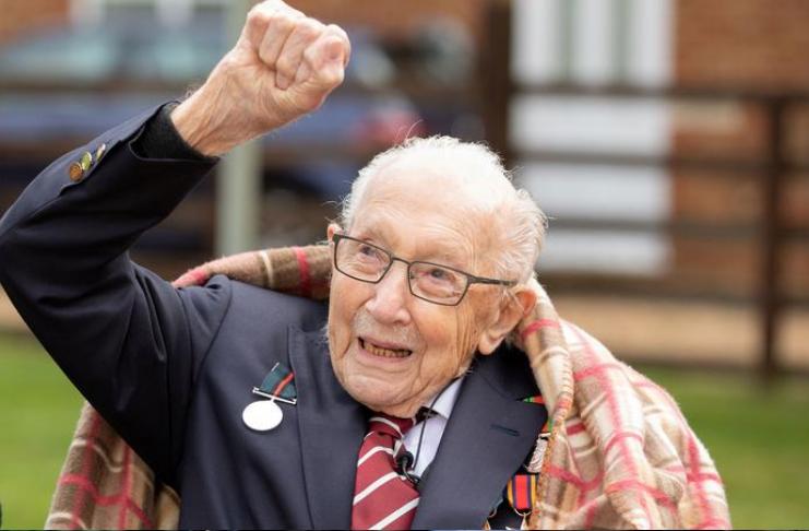 Capitão Tom, veterano da segunda guerra mundial com arrecadação de fundos, hospitalizado com COVID-19