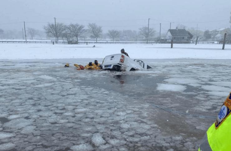 Fotos dramáticas mostra bombeiros salvando casal das águas geladas de Long Island