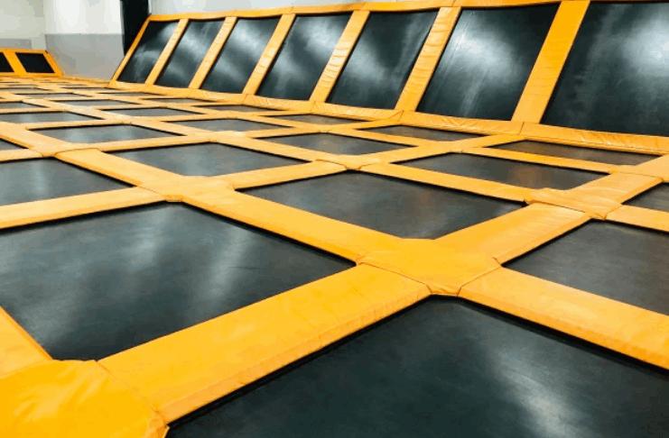 Grande briga de adolescentes no parque de trampolim de Illinois