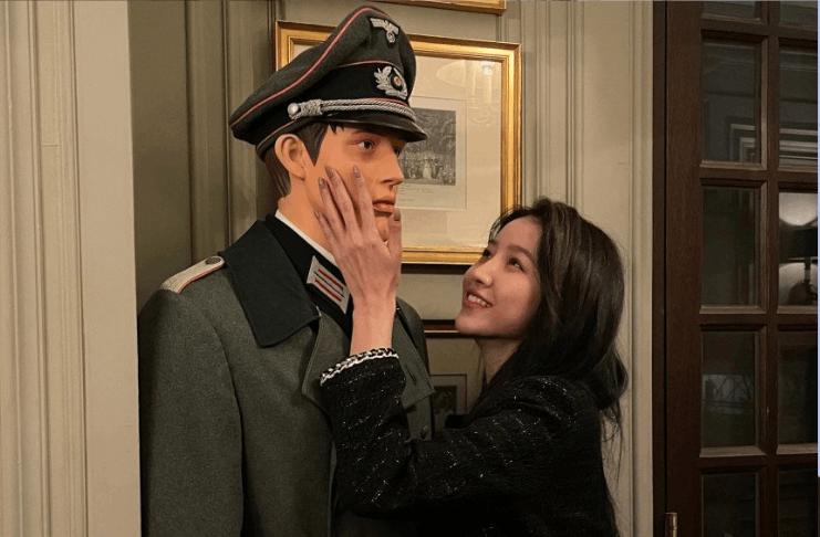 A pop star coreana Sowon sob fogo cego por posar com manequim nazista