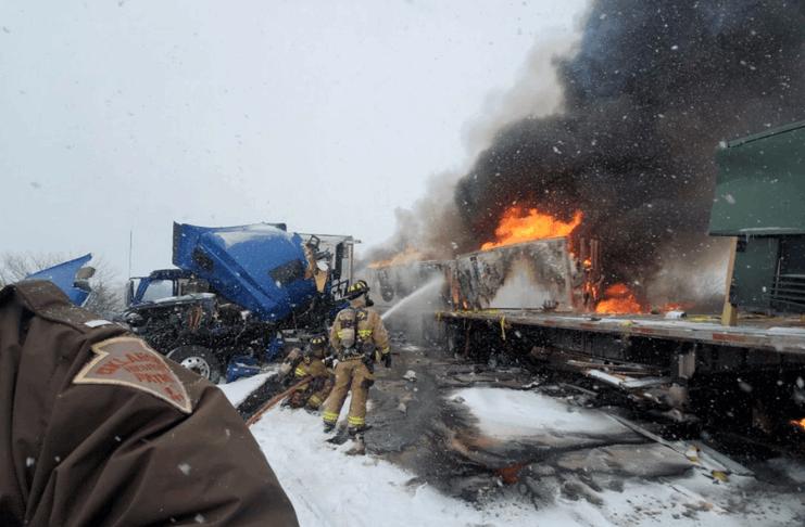 Acúmulo de fogo na estrada de neve de Oklahoma