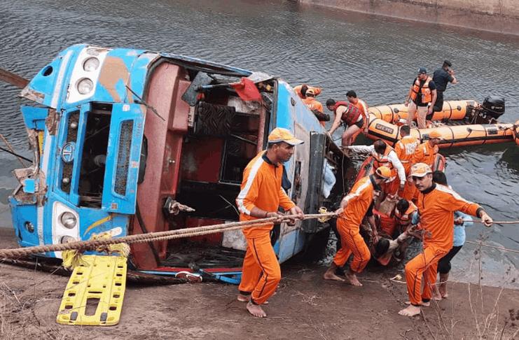 Dezenas de mortos após o ônibus sair da ponte e entrar no canal na Índia
