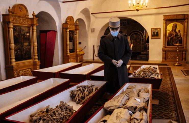 Inimigos franceses e russos da guerra napoleônica enterrados juntos cerimonialmente 200 anos depois
