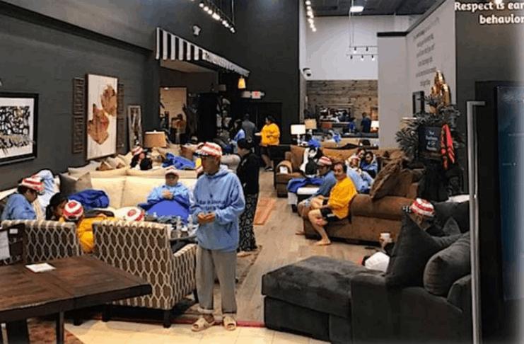 Loja de móveis do Texas abriga moradores sem energia durante tempestade histórica