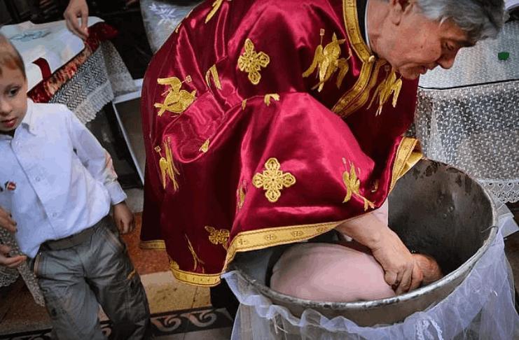 Igreja Ortodoxa sob fogo na Romênia depois que bebê morre durante o batismo