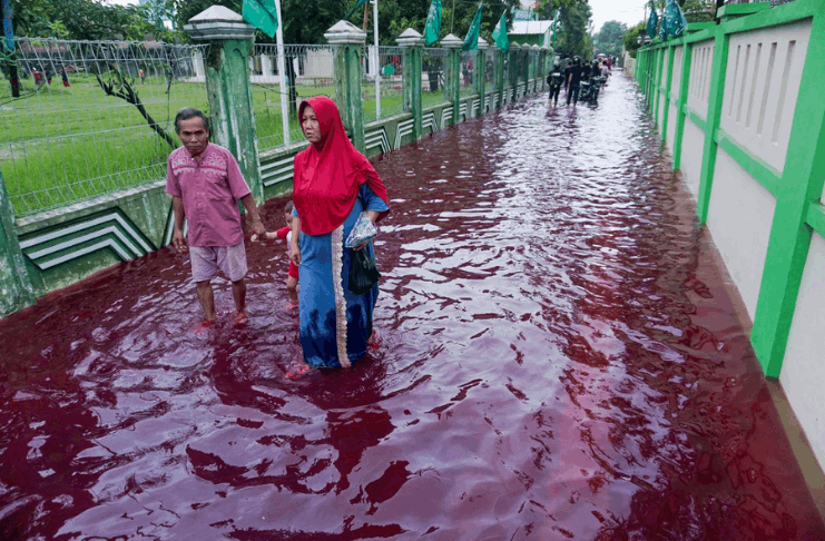 Aldeia indonésia fica vermelha após enchente atingir fábrica de tintura