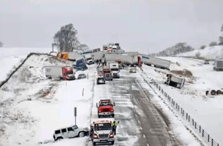 Vários feridos em um acidente massivo de 40 veículos em Iowa