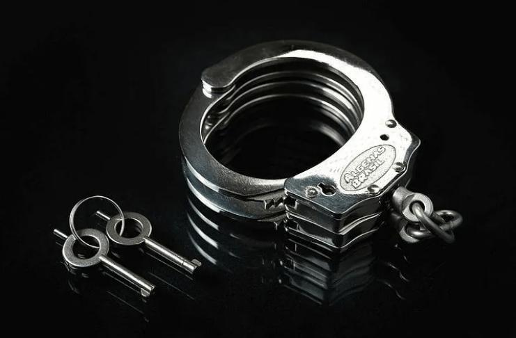 Vovô da Califórnia devolve algemas de policial que roubou há 60 anos