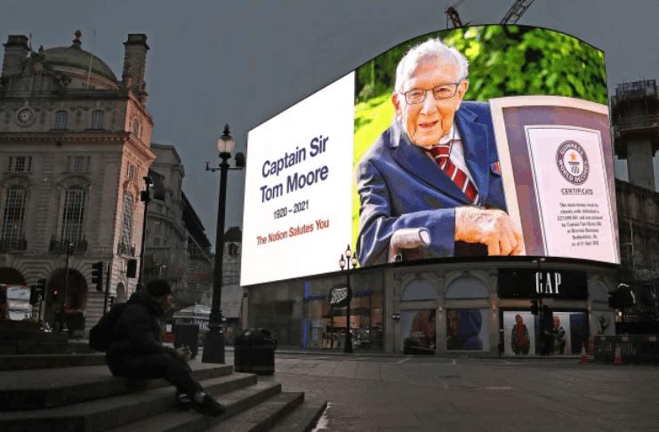Veterano da segunda guerra mundial que arrecadou milhões para os serviços de saúde do Reino Unido queria um pequeno funeral