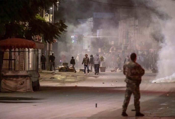 """Centenas de manifestantes contra o """"estado policial""""  vão às ruas da Tunísia"""